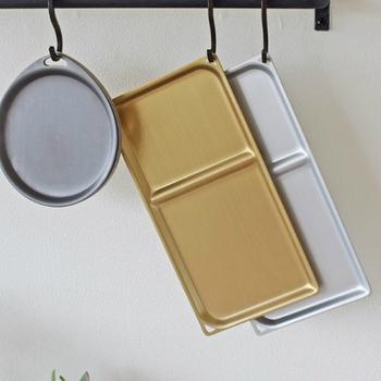 シルバー、ゴールド、ダークグレイの三色展開のアルマイト加工されたトリートレイ。丁寧に作られた日本製で、フックホールが可愛いアクセントになっています。  S字フックなどに吊るして見せる収納として、キッチンを彩ることもできます。スクエアタイプはひとつの角にフックホールがあいていて、斜めに見えるのも素敵です。