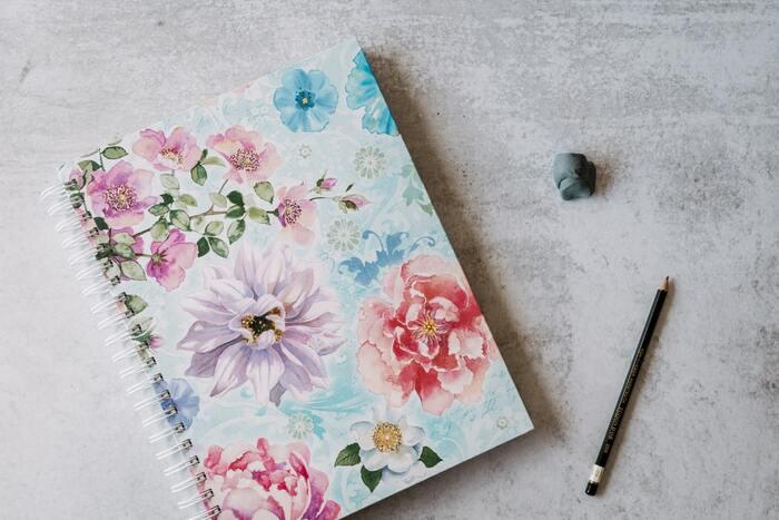 描くものはペンでも鉛筆でもOK。色鉛筆で描いていくのもいいですね。最初は線を迷いなく描くのが難しい場合も。ここは失敗したなという場所を描き直せるよう、はじめは消しゴムもお供にして出かけましょう。