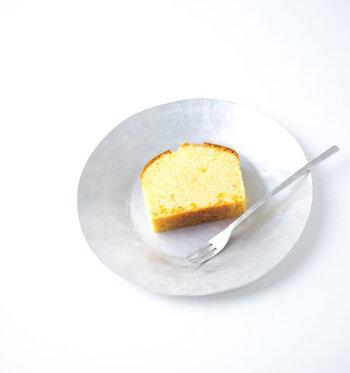 落ち着いた光沢感がお洒落な「um」のアルミ皿。上田真理子さんの手によってひとつひとつ作られた表情豊かなプレートです。  アルミですが、シックで高級感を感じられるような仕上がり。アルミの魅力を生かしつつ、デザイン性を高めたうつわは、現代の暮らしによく馴染みます。