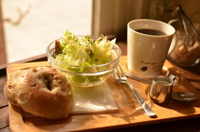 モーニングはいくつかのセットから選ぶことができ、胚芽パンを使ったトーストやサンド、自家製グラノーラとフルーツのセットなどさまざま。特に人気が高いのは自家製グラノーラベーグルで、サラダとコーヒーがついてきます。おいしい本格的なコーヒーで目を覚ましたい朝は、ぜひ訪れてみてください。