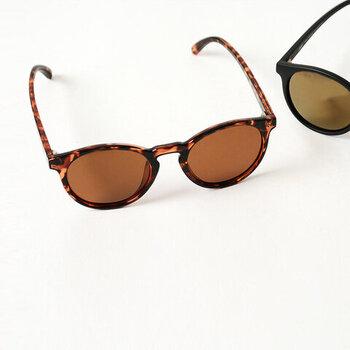 """ユニセックスなデザインのこちらのサングラスはオーストラリアのサングラスブランド """" SUNSKI (サンスキ)""""のもの。環境問題に配慮した素材を使用しており、注目されています。紫外線カット効果はもちろんのこと、さらに軽量なので長時間かけていても負担になりません。女性にはこちらのbrown marble&amberカラーがおすすめ!"""