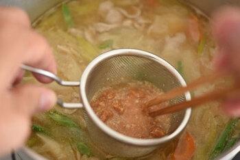 7〜8分煮込んで具材に火が通ったらいんげんを加えて2〜3分、最後に残りの味噌を加えて仕上げます。