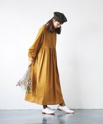 毎シーズン注目されている大人気モデル・kazumiさんとのコラボシリーズ。今季は、秋空を彩る銀杏カラーが目を引くクラシカルなワンピースの登場です。国産テキスタイルブランド『シャトルノーツ』のドビー模様が織り込まれた生地をふんだんに使い、たくさんのギャザーを施した贅沢な仕上がりに。