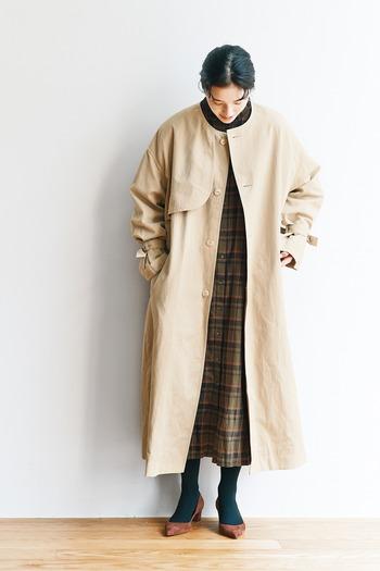 オーセンティックなトレンチコートをベースにデザインされた、こだわりの詰まったノーカラーコート。シンプルなのに、存在感があり、羽織るだけで秋コーデが即決まります。ボタンを留めたり、付属のベルトをきゅっと絞ったり、着こなしのバリエーションも豊富。アンブレラヨークを採用した後ろ姿にも注目です。