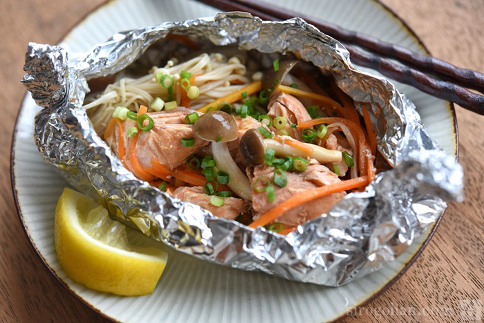 たっぷりのキノコとバターで蒸し焼きにした鮭はふっくらとした仕上がり。ホイルを広げたときの湯気と香りが食欲を増します。くっつかないホイルを使えば油は不要です。