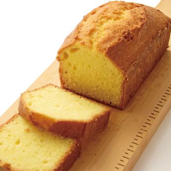 バターの香りが広がる基本のパウンドケーキの作り方です。 混ぜ方のコツをマスターすれば、あとはいろいろな具材を混ぜて自由にアレンジを楽しむことができます。  時間があるときにはぜひ手作りの楽しさを味わってみてください♪