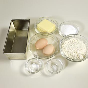 作るのが大変そうなイメージがありますが、材料も作り方も意外とシンプルです。 基本の材料も、なじみのあるものばかり。こちらでご紹介するレシピは、バターと卵は常温に戻しておくことがポイントです。