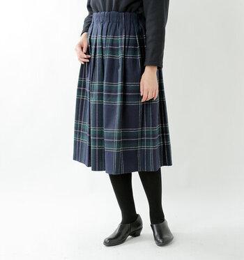 ウエストゴム仕様でつくられた、オニール・オブ・ダブリンの巻かないチェック柄スカートです。ウエストからタックがたっぷりと入ったデザインで、ふんわり上品なシルエットを描いてくれます。さらっとしたウールブレンド生地なので、季節感のアピールにも◎