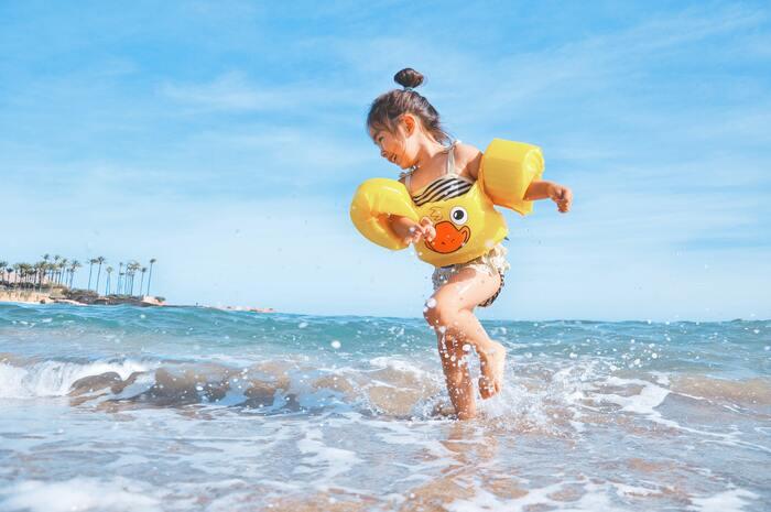 家族やお友達と水辺へ遊びに行く時は、水着や小物の色を工夫してみましょう♪赤や黄色など鮮やかな色を身につけると、背景に溶け込まず写真映えしますよ*