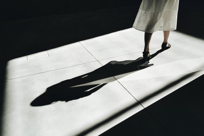 コントラストの強い影も、季節を感じさせる要素の一つ。影を主役にした写真は、いつもと違った視点になって面白い発見があるかもしれません。