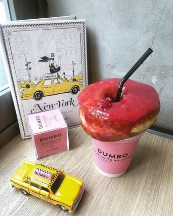 こちらは、鮮やかなピンク色が印象的な「フランボワーズ」。ほかにも爽やかな酸味の「パッションフルーツ」など、大人リッチな味わいが人気です。お店のロゴ入りカップにドーナツをのせるスタイルが、SNS映えすると話題になっています。
