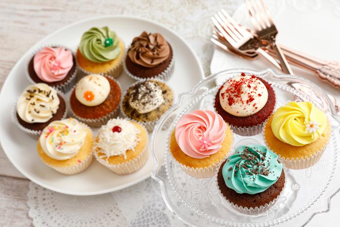 ショーケースに並ぶカラフルなカップケーキは、イギリス伝統のレシピを守りつつ新しい味やデザインを積極的に取り入れています。日本ではなかなか出合えないフレーバーがあるのも人気の理由。