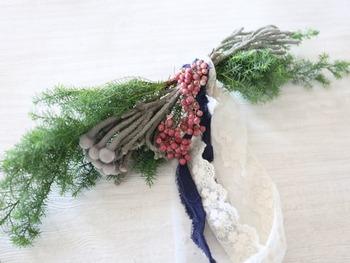 ブーケのような形が多いスワッグですが、こちらはリボン型。緑、ピンク、茶色でまとめたクリスマスらしさ満点のスワッグに仕上がっています。