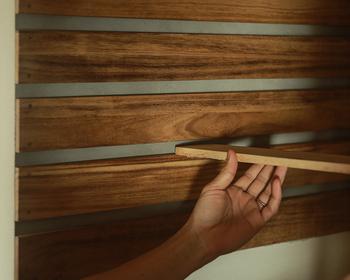 壁や、棚に使う板も着色する場合は、それらを塗ってから壁にスノコを設置します。壁とその向かいの壁にスノコを2cm間隔で、ビスでスノコを止めたら、棚を設置するスペースの横幅にカットした板を、使いやすい高さでスノコの間に差し込めばOK!