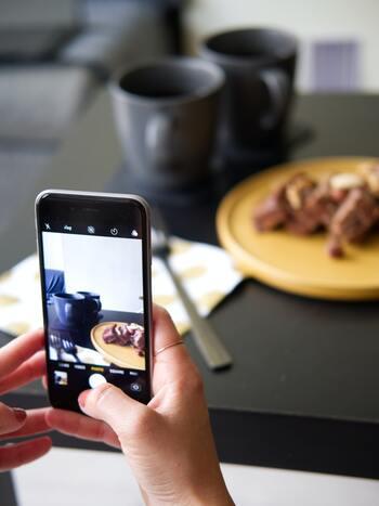 食べ物の写真を撮るときに活躍してくれるのは「Foodie(フーディ)」。スマホだと撮るのが難しい食べ物も、こちらのアプリを使うと美味しそうに写ります!フィルターの種類が豊富でどんなシーンにも対応してくれます。