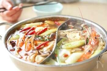 麻辣火鍋は、中国で愛される火鍋料理。こちらは、粉山椒など一般のスーパーでそろう材料で、本格的なおいしさに仕上げる2色スープの麻辣火鍋。具を入れる前にスープをいったん冷ますとコクが増すとか。