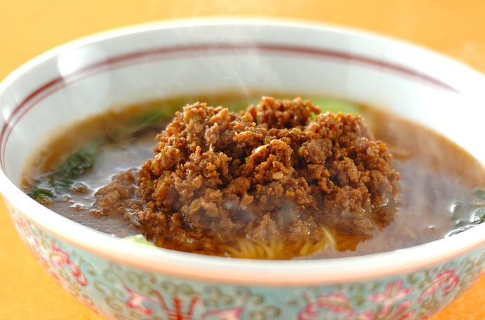 ごまのコクとピリ辛がたまらない、人気の担々麺。自家製は、ちょっと自慢ですね。ラー油に粉山椒をプラスして、奥行きのある辛みに仕上げましょう。