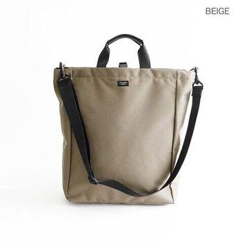 「STANDARD SUPPLY(スタンダードサプライ)」のトートバッグは、15インチのPCにも対応した大き目サイズ。手持ちと肩かけの2wayなので、荷物が重たくなっても安心。しっかりとマチがあるのでPCと一緒にお仕事グッズも楽々収まりますよ。