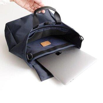 PCを入れるスペースには、止水ファスナー付き。天気が悪い日や、突然の雨も安心です。向かい側にはポケットがたくさんついているので、大きなバッグの中で充電器など小物の迷子を予防してくれますよ。