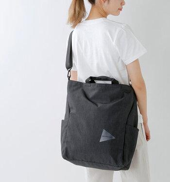 「and wander(アンドワンダー)」のトートバッグはシーンによって3パターンの使い方が可能です。一見カジュアルな印象のバッグですが、身に着けてみると意外にもどんな服装にもなじみます。ポリエステルにPUコーティングをした素材は、丈夫で荷物が多い人におすすめです。