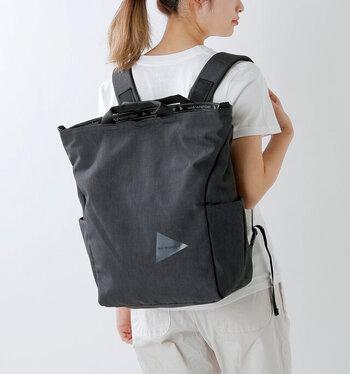 ハンドバッグ、ショルダー、バックパックと多機能で、どれも計算されたデザインで使い勝手は抜群。1つ持っておくと、どんな場面にも対応できるので、頼りになりますよ。