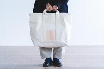 2サイズあるサイズは、PCの大きさや荷物の量で選ぶことができます。もち手部分とポケットにはヌメ革を使用しているので、カジュアルの中に上品さも。ユニセックスで使えるのでカップルや夫婦で共有するのも◎。