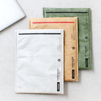 「ANAHEIM HOUSEHOLD GOODS(アナハイムハウスホールドグッズ)」のPCケースは、13インチのPCがすっぽりと収まるサイズ。パッと見は、PCケースとは想像がつかない、まるで海外の封筒のようなデザインがおしゃれです。軽くて強度のある素材を使用しているので、機能面も◎。