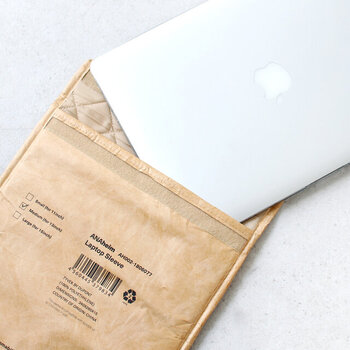 内側はキルティング素材で、クッション性もばっちり。大切なPCも安心して持ち運ぶことができますよ。A4の用紙が入るサイズなので、しわや汚れをつけたくない書類入れにも最適です。