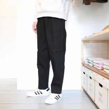 こちらはウエストにタックが入っているテーパードシルエットのユニセックスなパンツ。やわらかな素材が心地よいリラックス感をもたらしてくれます。カジュアルでありながらどこか品があるので、ドレスシャツやテーラードジャケットといったアイテムと合わせてバランスよく着こなしたいパンツです。