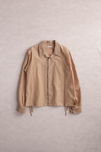ミリタリーシャツのようでありながら大き目の襟、そして袖のカフスにモダンな印象を感じるユニセックスシャツ。裾の紐を絞るとブルゾンのような薄手のアウター感覚で着ることもできます。こちらは200年以上の歴史と伝統を誇る200年以上もの歴史を誇る播州織のメイドインジャパンシャツ。ぜひ取り入れていただきたいアイテムです。