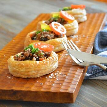 おかず系パイの代表は、ほんのり甘くてジューシーなひき肉が詰まっているミートパイです。丸型にくり抜いて焼くと、お店で売っているような本格的なパイに仕上がります。