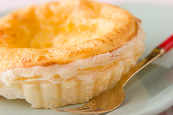 サクッ&とろ〜りの食感がクセになるエッグタルト。シンプルなレシピで、冷めても美味しくいただけます。小さな型が無ければ、ホールでビックサイズにしてもOK。