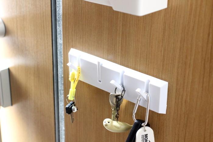 毎日、必ず使用する自宅の鍵は、あえて見える位置に収納するのがおすすめです。 パッと見て、鍵の有無を確認できるようになるので「自転車の鍵のかけ忘れ」「かばんの中に入れっぱなし」などに、すぐに気付けるようになります。