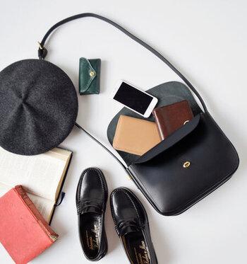 バッグを開けるともうひとつのフラップが!薄い収納ポケットには携帯や定期券などバッグの中で迷子になりやすいものを収納することができます。  マチもたっぷりで、かさばるポーチやお財布もしっかりきれいに収まります。コンパクトサイズなのに、収納力抜群なのは荷物の多い女性には嬉しいもの。