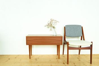 アルネ・ヴォッダーデザインによる2段チェストは、チークの木目が美しく、飾り棚として置くだけで洗練された空間を作り出してくれます。デンマーク家具ならではのモダンさとナチュラルさは、時代を超えて愛され続けているので、一生ものとして使えます。