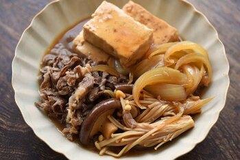 こちらも木綿豆腐レシピの定番おかずで子供からご年配の方まで大人気のレシピ。おいしさの決め手はなんといっても豆腐にどれだけ味が染み込むか。よーく味が染み込んだ肉豆腐はご飯にかけて丼にしても、おいしく、一品でじゅうぶん満足です。