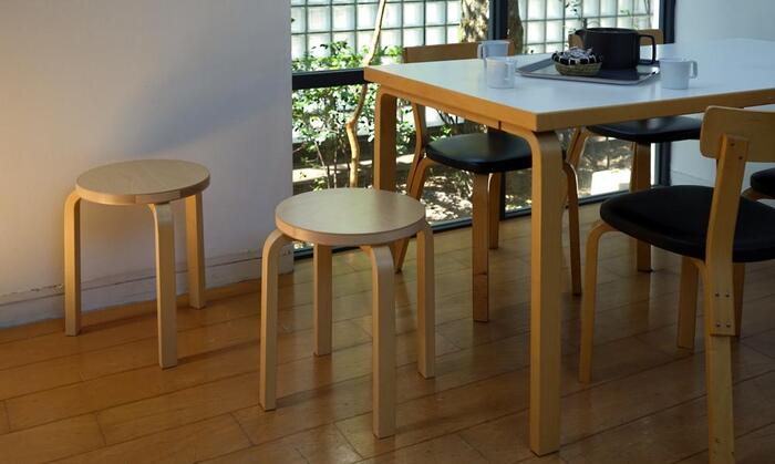 アルテックの人気チェアであるスツール60は、使い込むほどに深い味わいが出るバーチ材を使用しています。シンプルですが飽きのこないデザインで、北欧テイストな部屋にマッチします。椅子として座るだけではなく、サイドテーブルとしても使えるマルチさも愛される理由です。