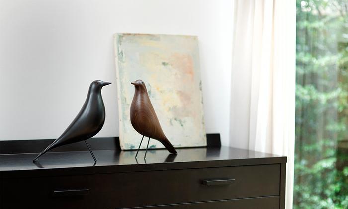 民芸品が好きだったレイ・イームズのハウスバードは、天然の無垢材が使用されています。なめらかな曲線が美しく、じっくりと観察すると木目の自然な美しさにもハッとさせられます。飾っておくだけで、モダンで洗練された部屋へと演出してくれるうえ、心を癒してくれる可愛い表情も◎