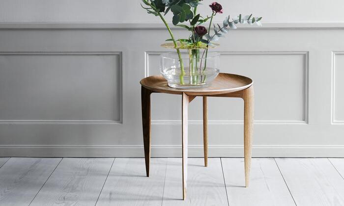 フリッツハンセン社製のトレイテーブルは、美しい曲線とシャープな脚が印象的なデザインです。花を飾っても美しいインテリア性の高さが魅力ですが、サイドテーブルとして使うこともできます。主張しすぎることなく、毎日の生活に馴染む洗練されたテーブルなので、日本の部屋でも浮いてしまうことがありません。