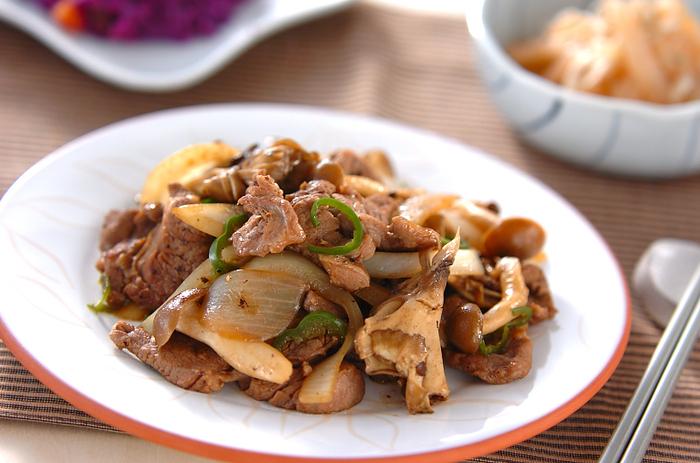 ラム肉の旨味と、キノコの食感、旨味のコラボが楽しめる炒めもの。香味野菜がたっぷり入ったウスターソースはラム肉の味付けにぴったり。ごはんが進む一品です!