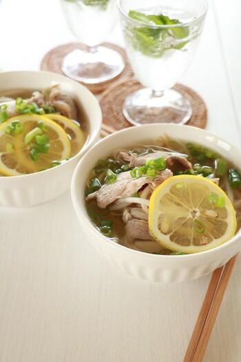 ラム肉とレモンは相性のいい組み合わせ。素麺を使ってサッと作れる一品、冷たいスープで作ってもおいしいですよ、とのこと。