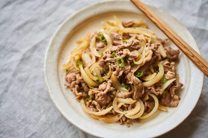 これは絶対おいしそう!と筆者が思ったのはこちらのレシピ。塩、胡椒、醤油でシンプルに味付けしたラムに青唐辛子の辛味が効いて、お箸がとまらない一品になりそうです。