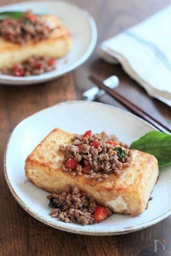 タイ料理の定番で日本でも人気のガパオライス。ひき肉や野菜を炒めてナンプラーやオイスターソースで味付けしたものをご飯にかけて食べるレシピが多いけど、こちらはナンプラーを使わず、ご飯ではなく豆腐のステーキにかけて食べます。置き換えダイエット風で、しかもボリュームもあり、満足度もバッチリです。