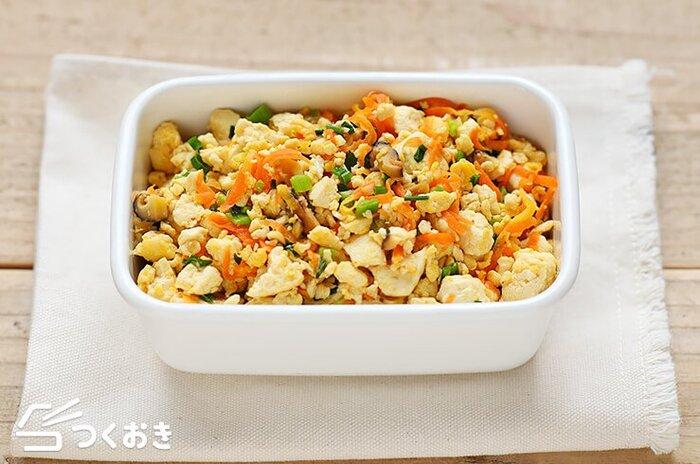 見た目がシンプルになりがちな豆腐レシピですが、こちらは、卵、にんじん、干ししいたけが入り彩りもバッチリ。パラッと仕上げるコツは、干ししいたけを水で戻さずに使用することと、しっかり豆腐の水切りをすることで、お弁当にも入れやすく仕上がります。