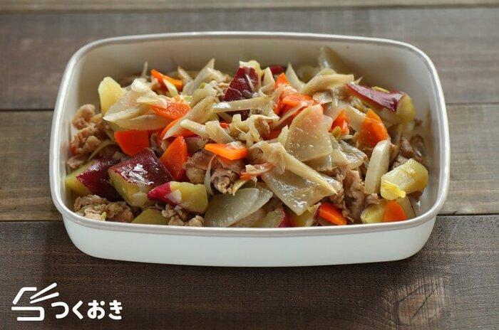 野菜・肉を炒めて火を通すところまでを事前に済ませてしまうこちらのレシピ。このまま冷蔵で5日間ほど保存でき、食べたいときに味噌と水を加えて仕上げます。