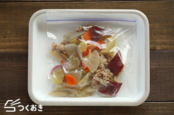 冷凍保存するときは一食分ずつポリ袋に入れ、できるだけ水分・空気を抜いて密閉してから冷凍庫へ。