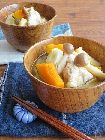 ほっこり甘みのあるかぼちゃがゴロゴロの、やさしい味わいの豚汁。たっぷり味がしみた薄揚げで食べごたえも増しています。