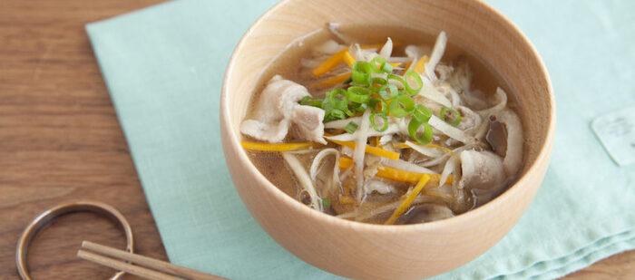 作りおきのきんぴらごぼうをいかした豚汁レシピ。液みそも使って、お手軽に具だくさんの汁物が作れます。
