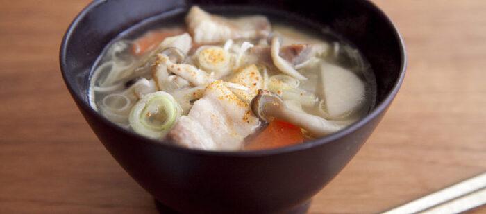 豚のかたまり肉に塩をすり込んで熟成させた「塩豚」を使った豚汁。凝縮されたお肉の旨味が汁に溶け出して、コクのあるおいしさに仕上がります。
