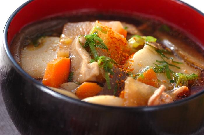 韓国料理の食材、お餅の「トック」を入れた食べごたえのある豚汁。野菜を炒めるのにごま油を使うと、より香りが立っておいしく仕上がります。
